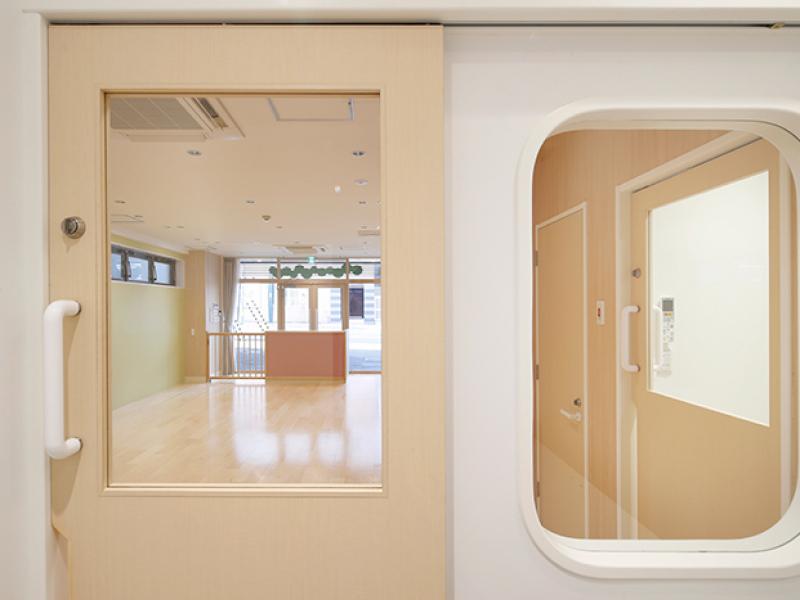 大きな覗き窓 保育......イメージ画像